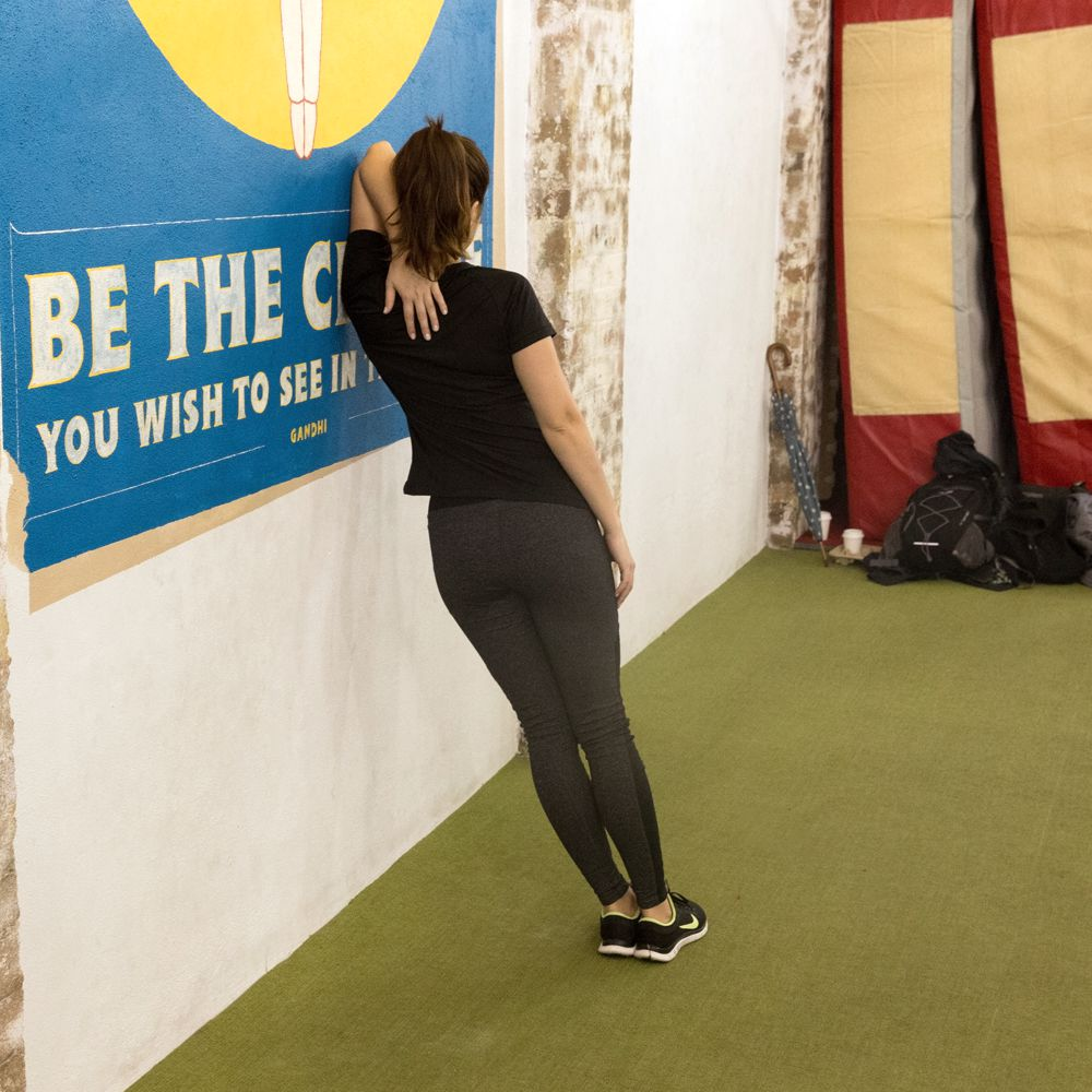 3d-lat-tricep-stretch-against-wall